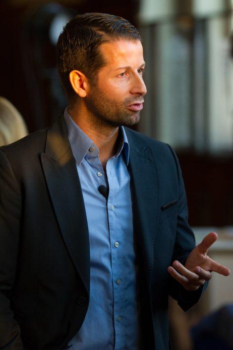 Der Autor Daniel Hoch ist ins Gespräch vertieft.