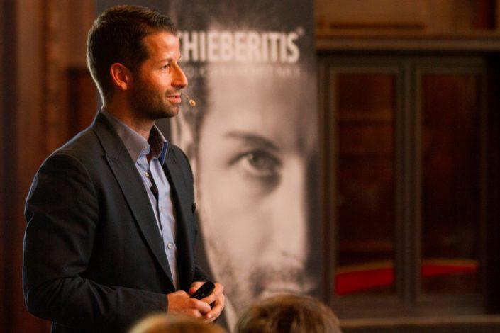 Das Wohlwollen des Publikums zeigt sich im Gesicht des Speakers.